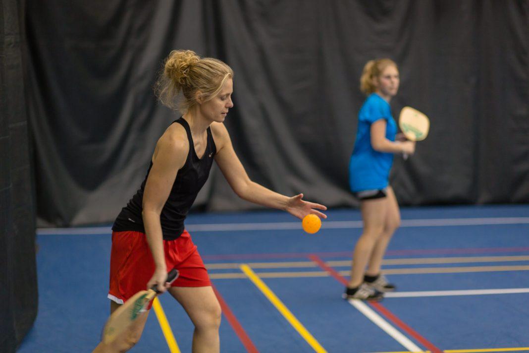 two women playing pickleball ville de victoriaville