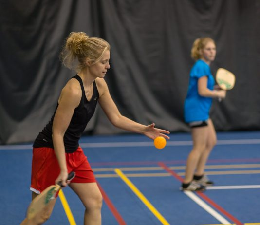 two women playing pickleball ville de victoriaville